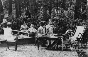 Irma Sperling (stehendes Kind)