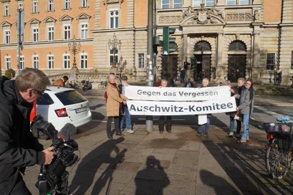 Mahnwache vor dem Strafjustizgebäude anlässlich des Stuthof-Prozesses ©Azschwitz-Komitee /GK